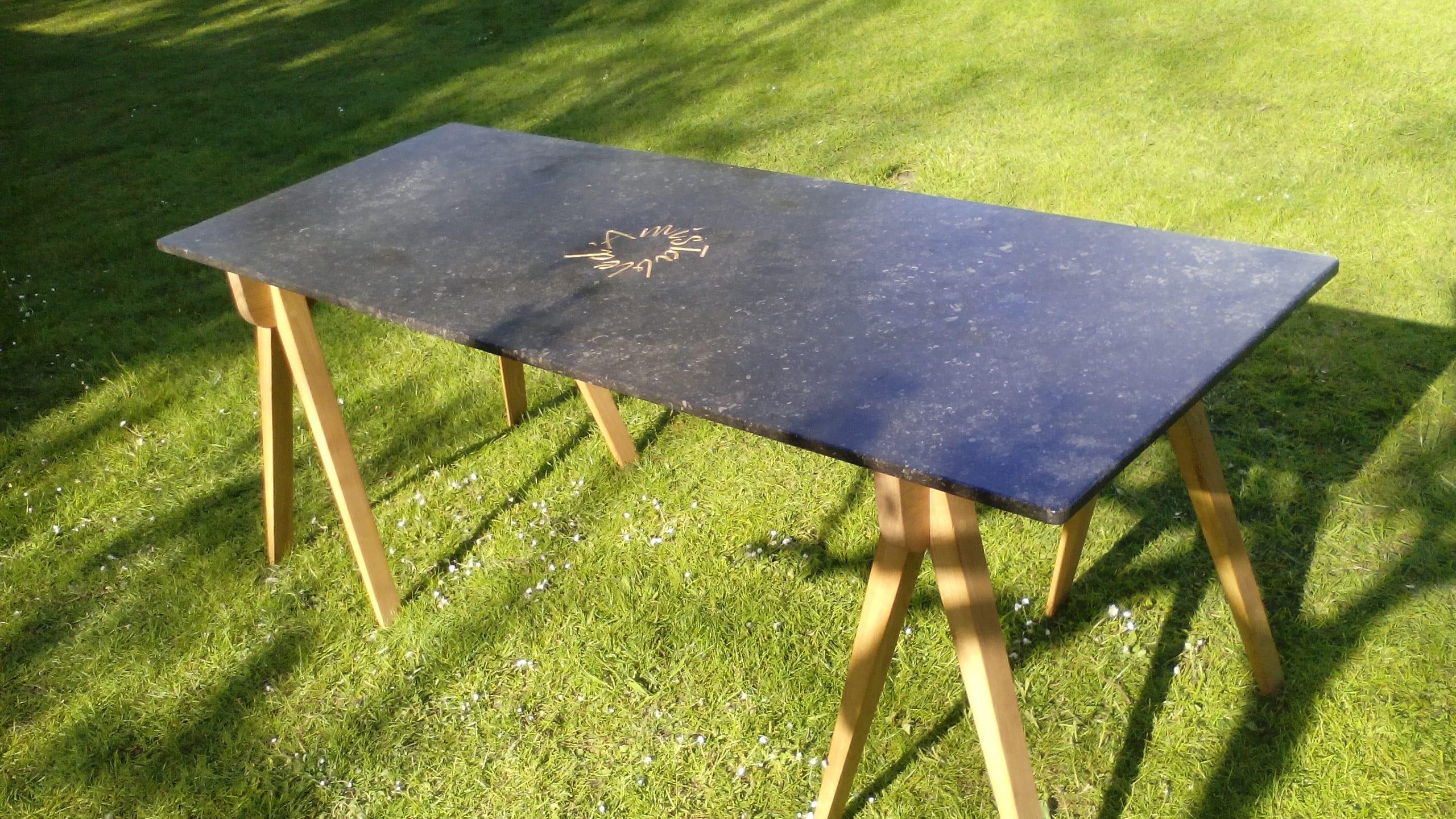 teksttafel Table d'Amis, letters in natuursteen, bladgoud