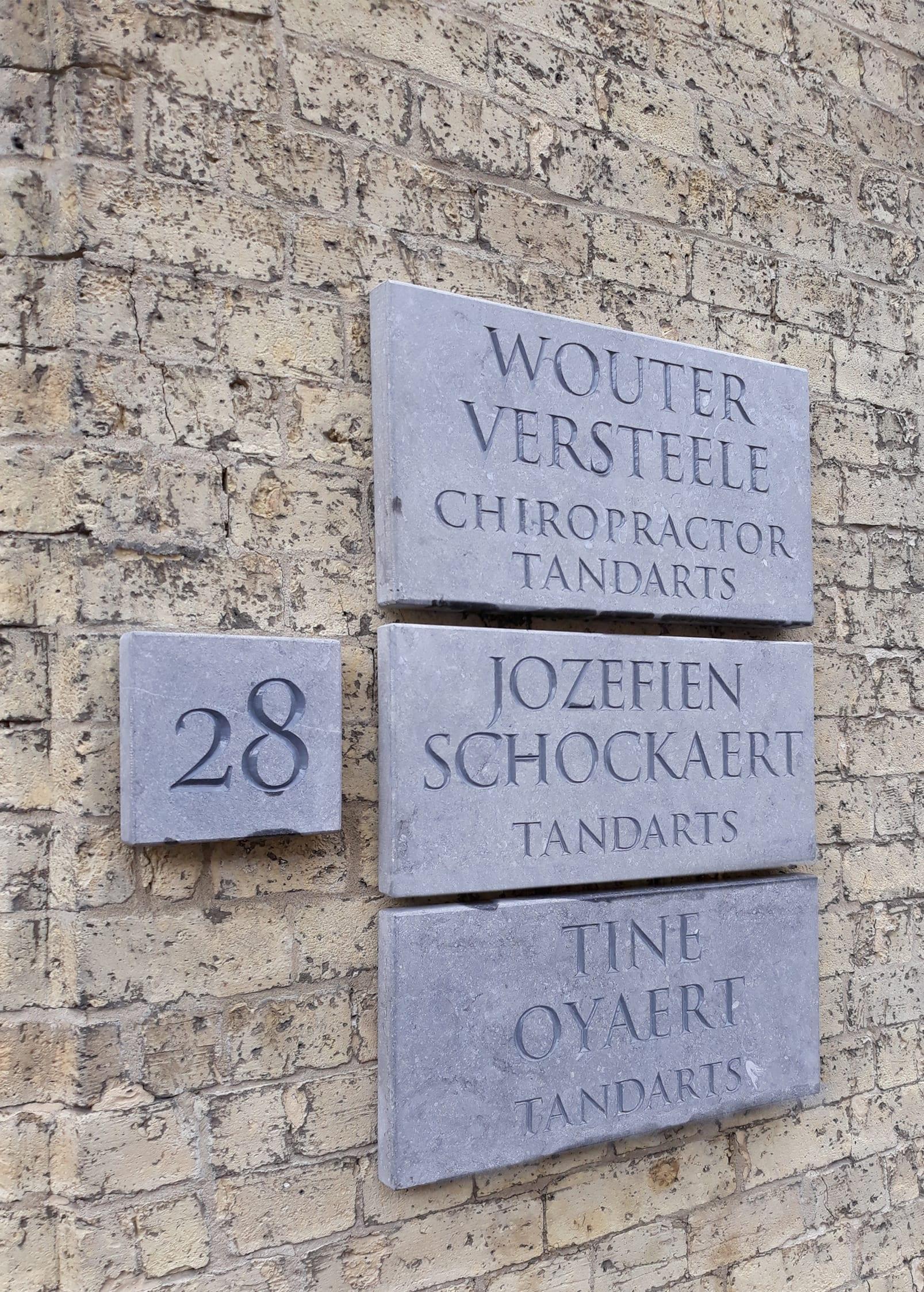 naamplaat, letters in natuursteen