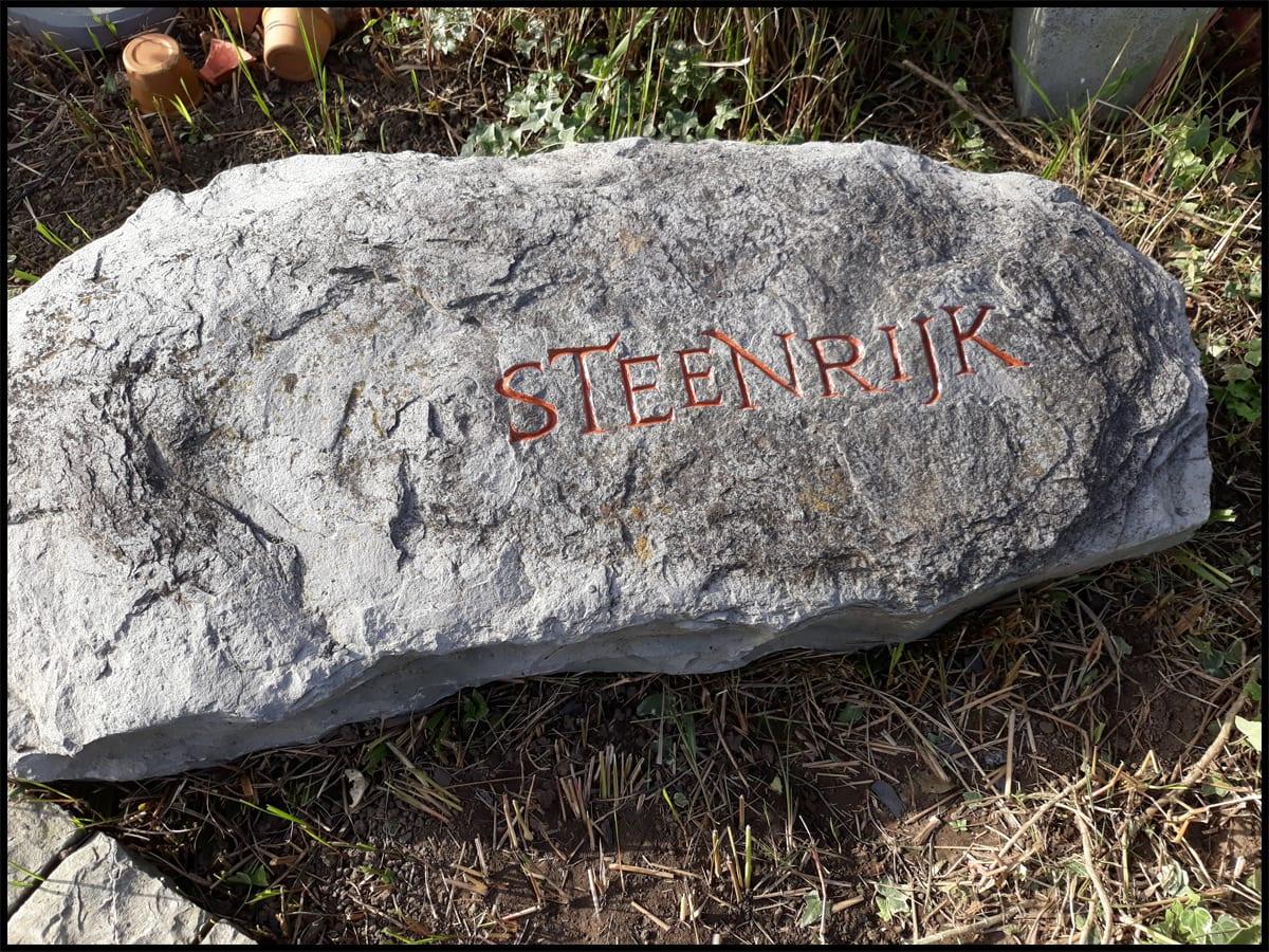 letters in stenen bolder
