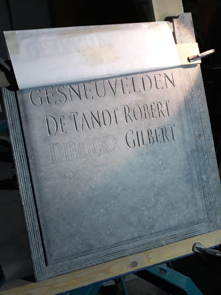 monument, letters gekapt in natuursteen